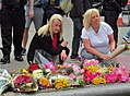 Flower tribute, London Bridge (35080031096).jpg
