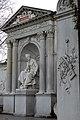 Franz Grillparzer sitzend am Denkmal.jpg