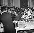 Gasten op een dansfeest in een van de modehuizen laten zich een drankje inschenk, Bestanddeelnr 254-0160.jpg
