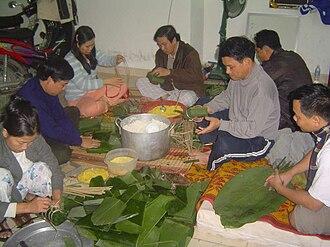 Bánh chưng - A Vietnamese family wrapping bánh chưng.