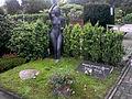 """Grabstätte Margret Erichsen-Worch mit Bronze """" In der Veränderung unserer Zeit"""", 1992.jpg"""