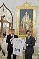 H.E. Quinton Mark Quayle มอบของที่ระลึกแก่นายกรัฐมนตรี - Flickr - Abhisit Vejjajiva (1).jpg