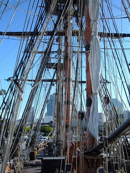 450px-HMS_Surprise_%28replica_ship%29_masts_1.JPG