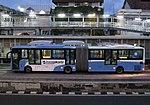 Bus Transjakarta sedang berhenti di stasiun BRT Harmoni.