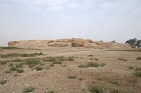 Fotografie a unei movile de ruine într-un câmp sterp