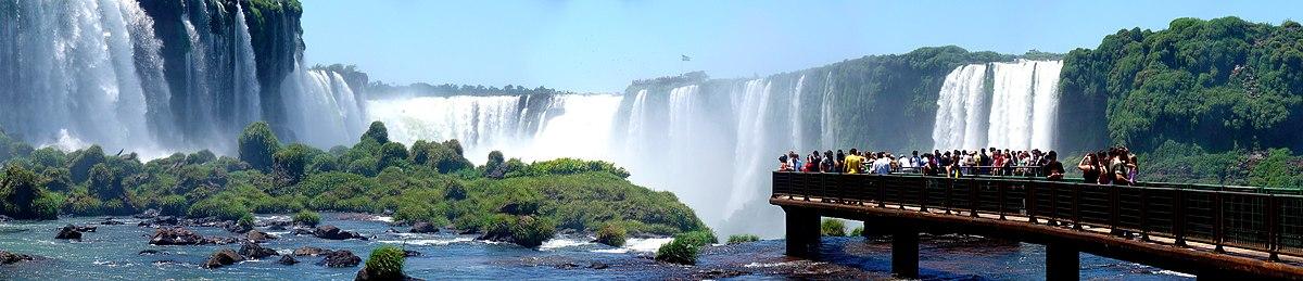 Panorama do lado brasileiro das Cataratas do Iguaçu. Ao fundo é possível ver a passarela do lado argentino.