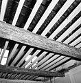 Interieur- de beschilderde moerbalken onder het vroeg-17de-eeuwse stucplafond op de verdieping, tijdens de restauratie - Brielle - 20042527 - RCE.jpg