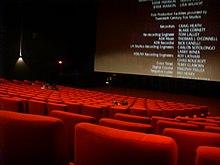 L'interno di una sala cinematografica mentre sullo schermo scorrono i titoli di coda del film