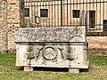 Italie, Ravenne, basilique San Vitale, sarcophage dans la cour (48087059608).jpg
