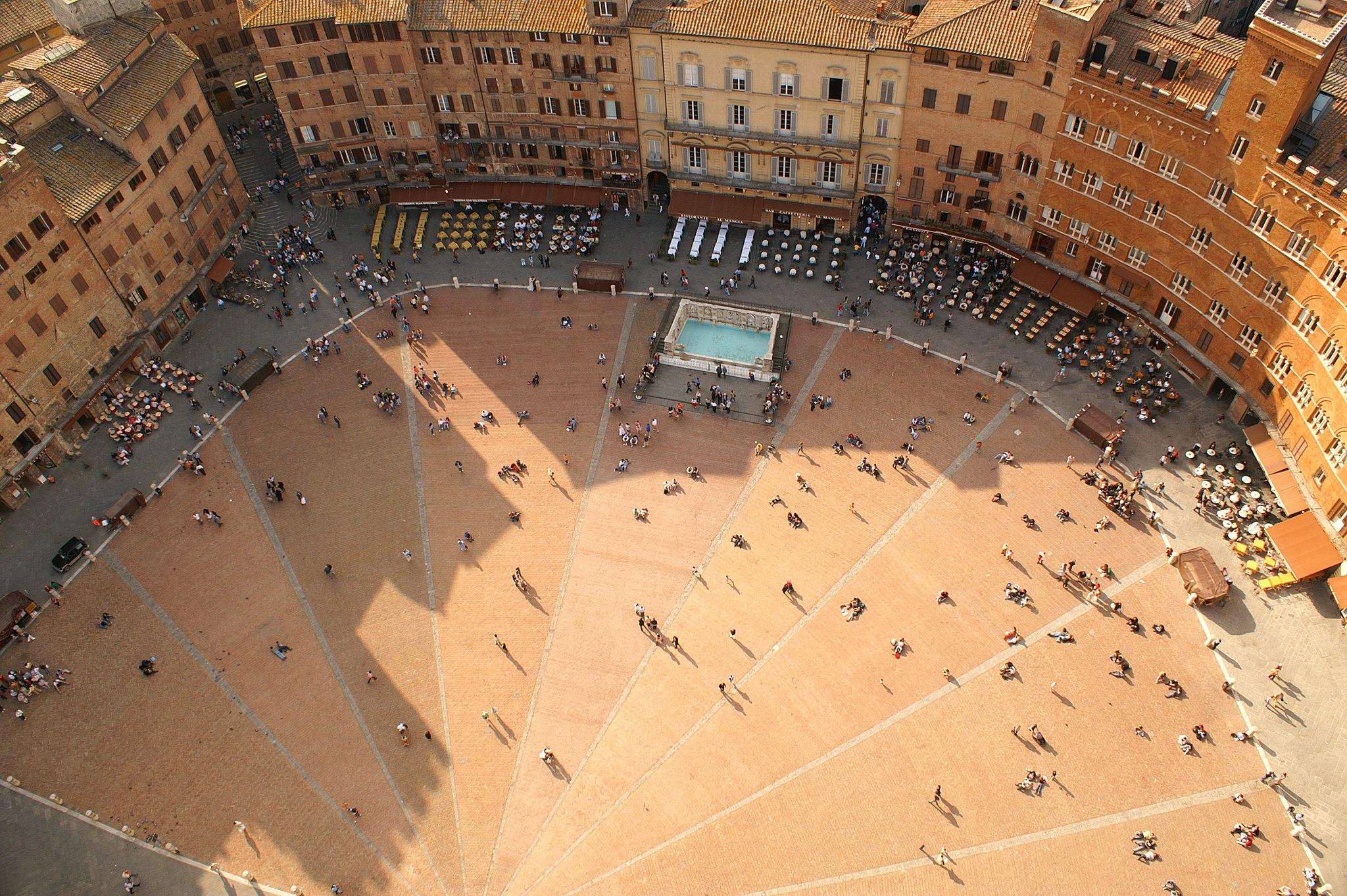 ISiena, Piazza del Campo met Fonte Gaia, gezien van de Torre del Mangia
