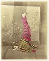 Japanse vrouw staat op haar hoofd en handen met benen loodrecht omhoog-Rijksmuseum RP-F-F80219.jpeg