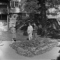 Jean ja Aino Sibelius Ainolan puutarhassa, 1940-1945, (D2005 167 6 150) Suomen valokuvataiteen museo.jpg