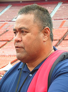 Jesse Sapolu at 49ers Family Day 2009.JPG