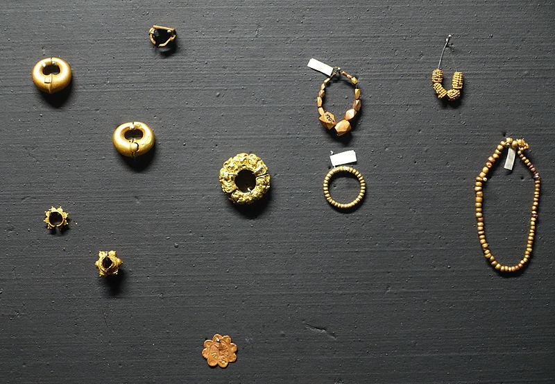 File:Jewelry, Oc Eo culture, gold, bronze, tin - Museum of Vietnamese History - Ho Chi Minh City - DSC06110.JPG