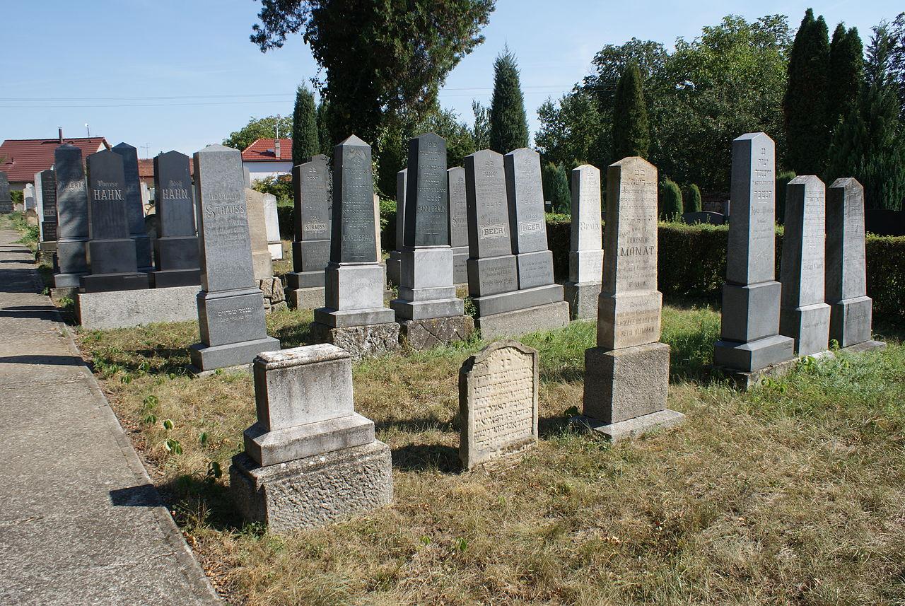Jewish cemetery in Uherský Ostroh 08.JPG
