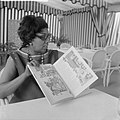 Josephine Baker in Kasteel Les Milandes J. B. met boek van Piet Worms, Bestanddeelnr 912-6492.jpg