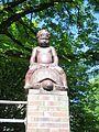 Jungenfigur an der Schule Fraenkelstraße in Hamburg-Barmbek-Nord.jpg