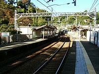 Keikyu-railway-main-line-Anjinzuka-station-platform.jpg