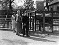 Kinderen met het echtpaar De Flines-Leupen bij de olifanten in Artis, Bestanddeelnr 189-0464.jpg
