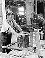 Klompenmakerij Gebr Van der Velde in Best, man bezig met het zagen van en blok , Bestanddeelnr 252-0764.jpg