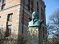 Kurs- och tidningsbiblioteket samt hedlunds byst.jpg