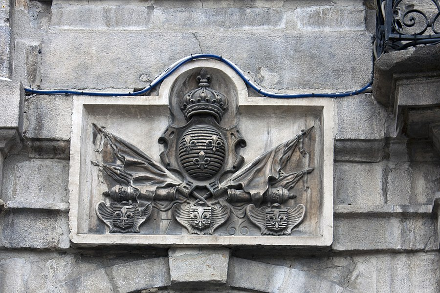 English:  Low relief, to the arms of the kingdom of France, on left of the balcony of honor.