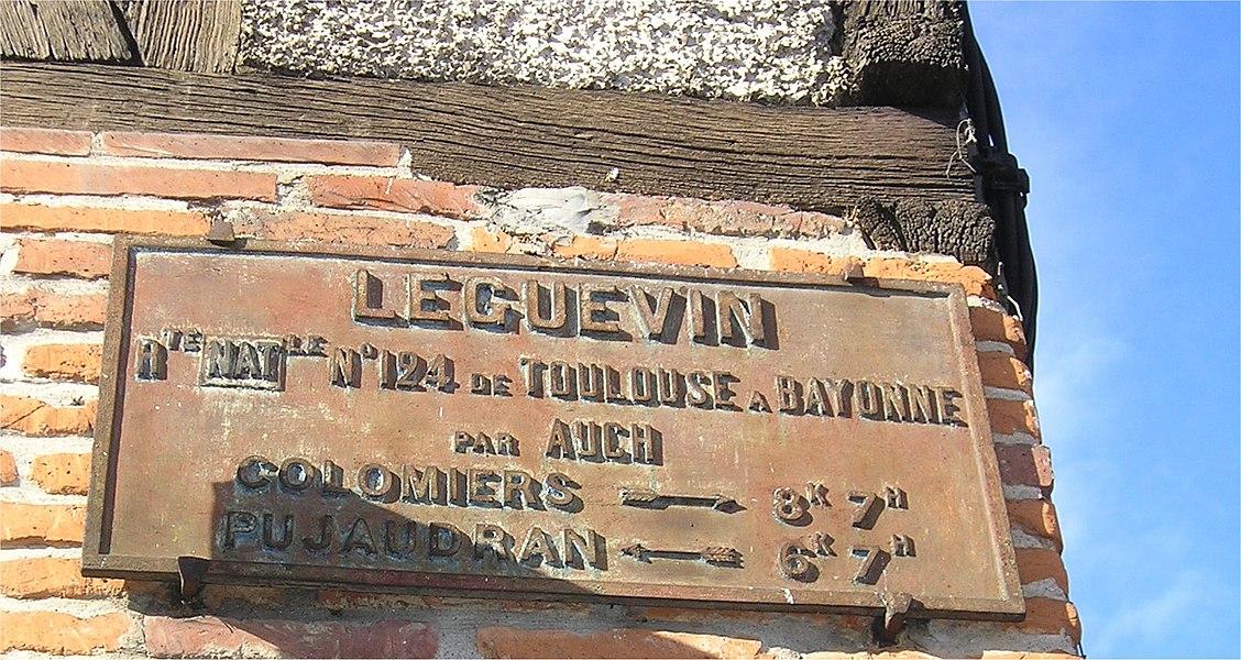 Ancien panneau de Léguevin indiquant la distance de Colomiers (8 km 7 hectomètres) et de Pujaudran (6 km 7 hectomètres). Ce panneau est fixé sur la façade de l'ancien relais de poste.