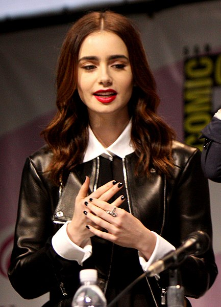 File:Lily Collins, Jam...