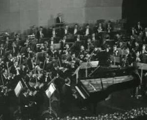 Polygoonjournaal uit 1960 over een optreden van het London Symphony Orchestra in Amersfoort o.l.v. Colin Davis en met pianist Nikita Magaloff.