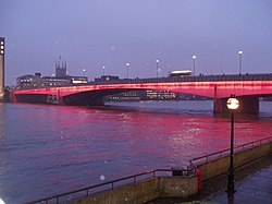 London Bridge valaistuna