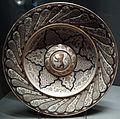 Manises, bacile con decoro a rilievo e stemma, 1500-1520 ca..JPG