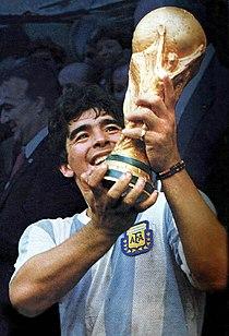 Diego Armando Maradona com a Copa do Mundo de 1986 em suas mãos. 8849bafa40889