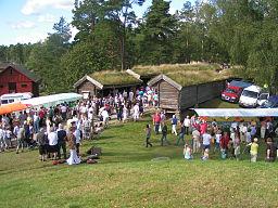 Markedsskurene i Nysäter under en markedsdag.   Set fra gravhøjen.