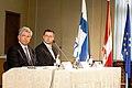 Ministru prezidents Valdis Dombrovskis publiskās lekcijas ietvaros kopā ar Somijas Ministru prezidentu Jirki Katainenu (Jyrki Katainen) salīdzina Somijas un Latvijas pieredzi ekonomisko krīžu pārvarēšanā 16.09.11. (6152180183).jpg