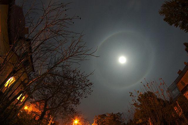 [Obrazek: 640px-Moon_halo_13.10.22.jpg]