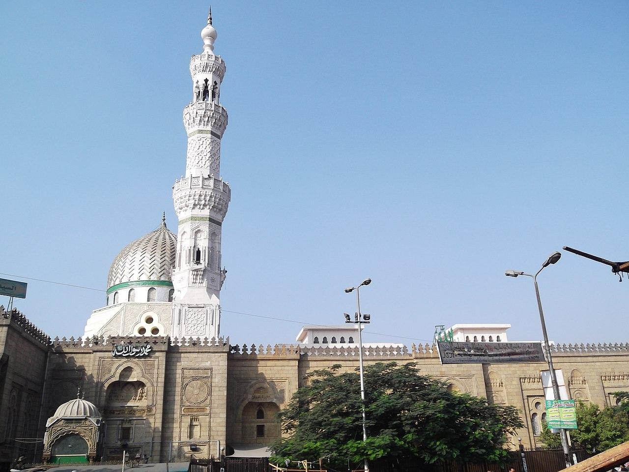 https://upload.wikimedia.org/wikipedia/commons/thumb/2/2c/Mosque_of_Sayeda_Zainab%2C_Cairo.JPG/1280px-Mosque_of_Sayeda_Zainab%2C_Cairo.JPG