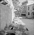 Muur met prikkeldraad als afscheiding van een leefgebied, Bestanddeelnr 255-2380.jpg