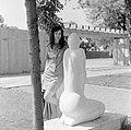 Női portré a Térdeplő nő (Konyorcsik János) szobornál 1963-ban. Fortepan 127.jpg