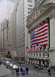 ورودی ساختمان بورس اوراق بهادار نیویورک در شهر نیویورک که بزرگترین بازار بورس در جهان در معاملات دلاری است.