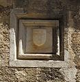 Odos Ippoton, palazzo di provenza, stemma.JPG