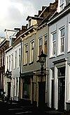 foto van Huis met eenvoudige lijstgevel met getrapgevelde scheidsmuren