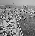 Openlucht zwembad in zee waar badgasten op strandstoelen zonnebaden of in het wa, Bestanddeelnr 255-1955.jpg