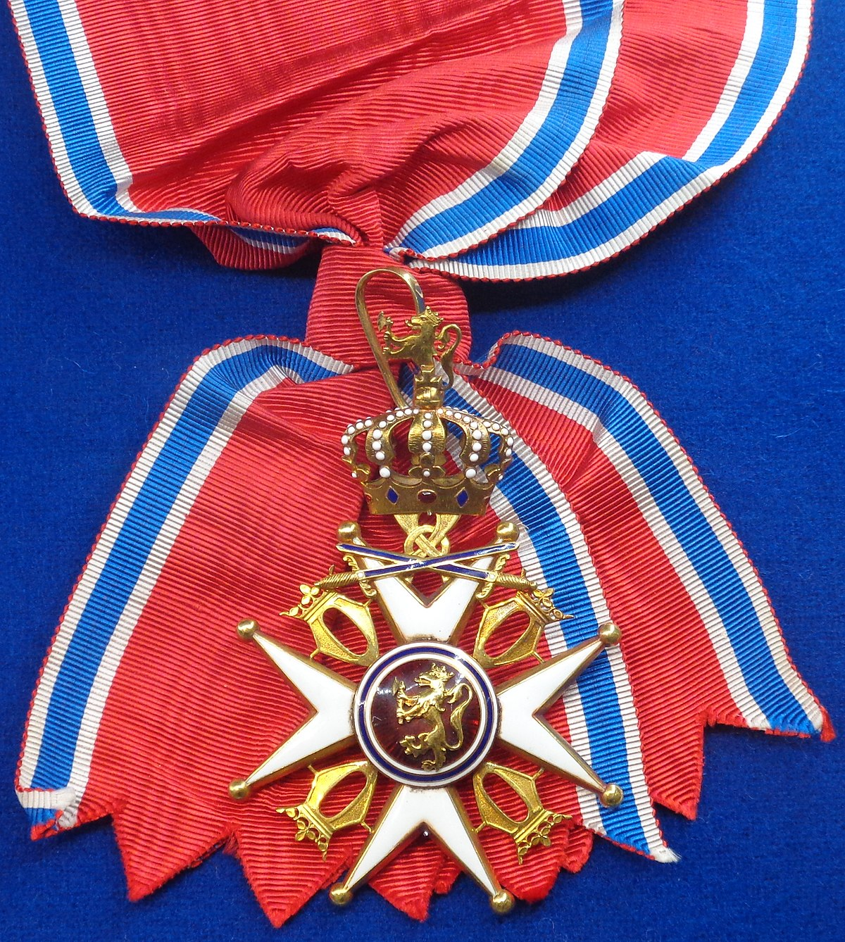Order of Saint Olav grand cross with swords badge sash (Norway 1905-1925) - Tallinn Museum of Orders.jpg