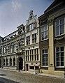 Overzicht, natuurstenen gevel met kruisvensters en topgevel met krulwerk - Dordrecht - 20377032 - RCE.jpg
