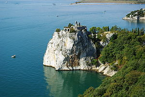 English: The peninsula near castle Duino, Trie...