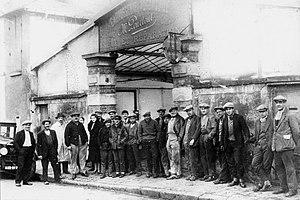 Carrosserie Pourtout - Staff outside Carrosserie Pourtout's Bougival coachworks, Marcel Pourtout fourth from left