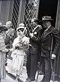 Piarista utca, a felvétel a Piarista kápolnában tartott esküvő alkalmával készült a gimnázium bejáratánál. Fortepan 105061.jpg