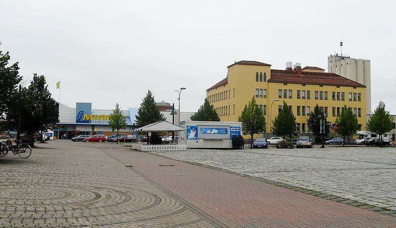 File:Pieksamaki market square.jpg