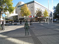 Pojken, brons, av Lars Nilsson, Riddarplatsen, Jakobsberg, 2013d.jpg
