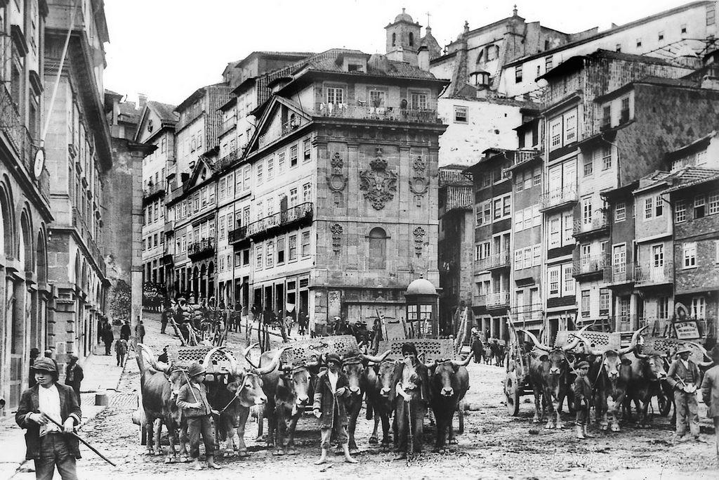 Sur Praça de Ribeira dans les années 1920/1930 (?) à Porto. Photo de Domingos Alvão.